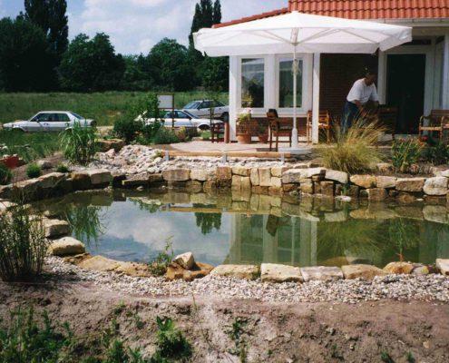 Gartenteich mit Sandsteinfassung